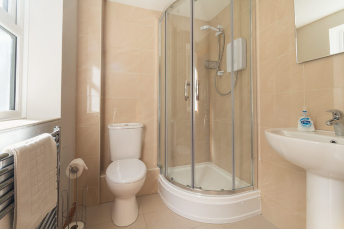 Beach House Whitby - Handy shower room