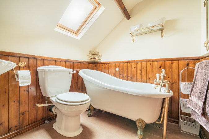 Howdale Cottage Flyingthorpe - Bathroom with roll top bath