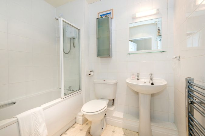 Low Tide Apartment, Whitehall Landing, Whitby - House bathroom